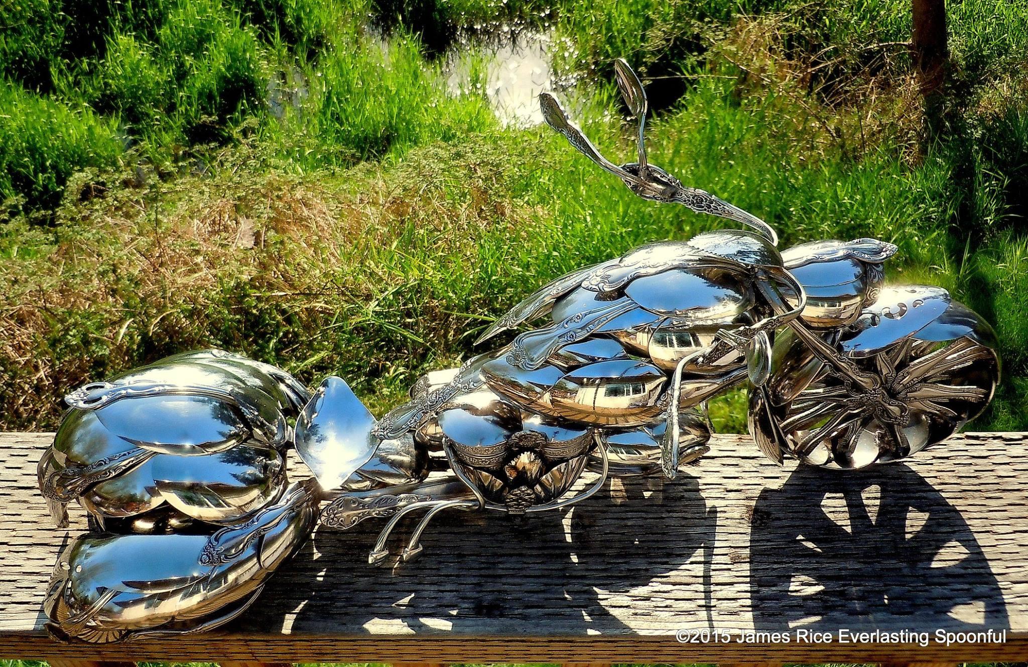 Una moto fatta di cucchiai piegati
