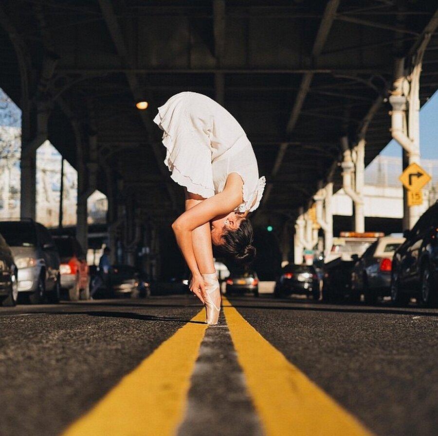 Scorci di New York fusi con la grazia di ballerine classiche nella fotografia di Omar Z. Robles
