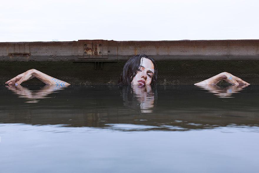 Murales che escono dalle acque, dipinti a bordo di un surf dallo street artist Hula