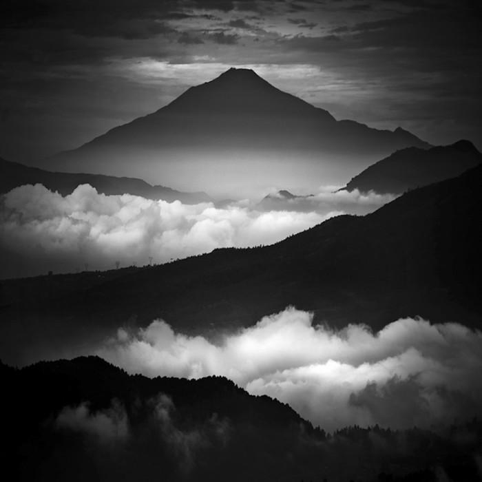 La splendida fotografia bianco e nero di Hengki Koentjoro