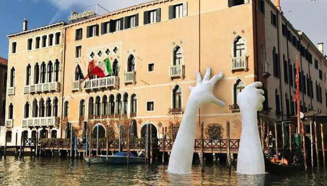 Le mani giganti di Lorenzo Quinn nel Canal Grande
