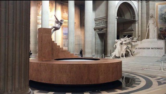 La bellissima e ipnotica performance artistica al Panthéon di Parigi