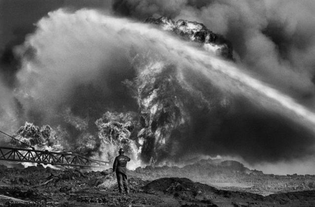 Il Kuwait in fiamme di Salgado in mostra a Milano