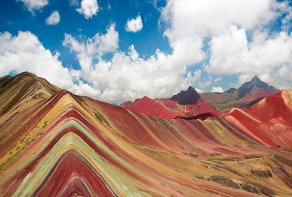 Fra le Ande peruviane si nasconde una sorprendente montagna arcobaleno