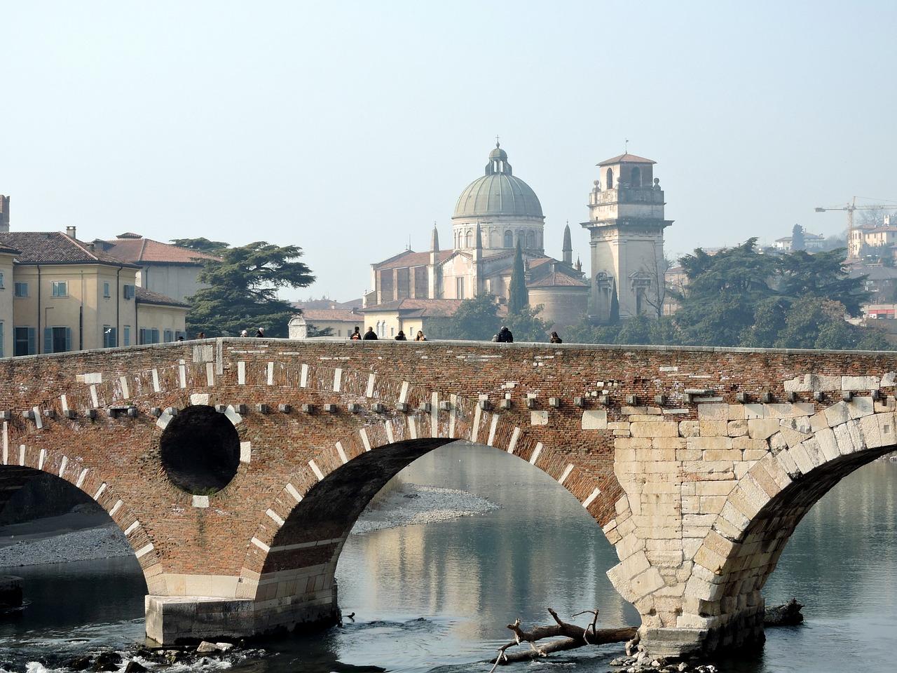 Love in Verona. Un logo facile da memorizzare per ricordare la città di Romeo e Giulietta