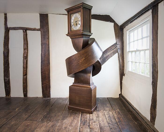 Un antico orologio a pendolo trasformato in una scultura contemporanea